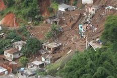 <p>Фотография последствий оползня в Терезополисе 12 января 2011 года. Наводнения и оползни, вызванные сильными дождями, обрушились в среду на несколько бразильских городов, унеся жизни как минимум 270 человек. REUTERS/Bruno Domingos</p>