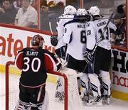 """<p>Игроки """"Тампы Бэй"""" радуются заброшенной в ворота """"Оттавы"""" шайбе в Оттаве 8 января 2011 года. Вратарь Дуэйн Ролосон второй раз за месяц не позволил """"Вашингтону"""" и его форварду Александру Овечкину распечатать свои ворота в матче регулярного чемпионата Национальной хоккейной лиги (НХЛ), внеся существенный вклад в победу """"Тампы Бэй"""" со счетом 3-0. REUTERS/Chris Wattie</p>"""