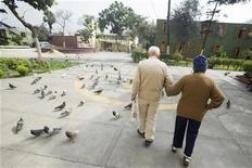 <p>A elderly couple walk at the yard of the Canevaro old people's home in Lima March 17, 2010. REUTERS/Enrique Castro-Mendivil</p>