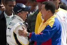<p>Presidente venezuelano, Hugo Chávez e piloto da Williams Pastor Maldonado durante exibição em Caracas. A PDVSA, estatal venezuelana de petróleo, chegou a um acordo de patrocínio de longo prazo com a Williams, depois da contratação realizada pela equipe da Fórmula 1 do piloto Pastor Maldonado. 14/01/2011 REUTERS/Carlos Garcia Rawlins</p>