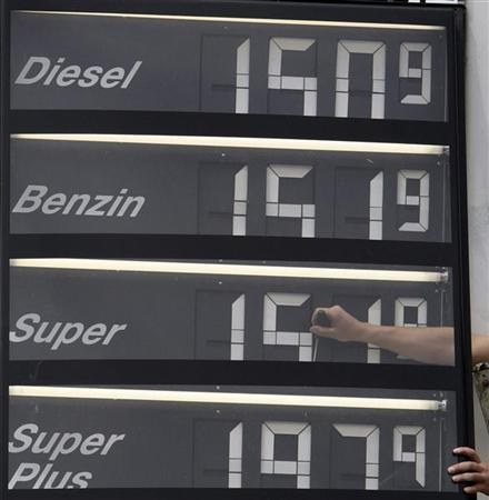 A filling station attendant changes the fuel prices at a petrol station in Matzing, about 130km (81 miles) south of Munich May 29, 2008. REUTERS/Michaela Rehle