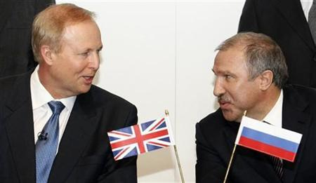 BP Chief Executive Bob Dudley (L) speaks with Rosneft president Eduard Khudainatov before signing an agreement at BP headquarters in London January 14, 2011. REUTERS/Luke MacGregor