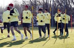 """<p>Игроки """"Манчестер Юнайтед"""" на тренировке в Манчестере 23 ноября 2010 года. Лидирующий в английской Премьер-лиге """"Манчестер Юнайтед"""" вдесятером отстоял ничью 0-0 в матче 23-го тура против одного из своих преследователей - лондонского """"Тоттенхэма"""". REUTERS/Darren Staples</p>"""