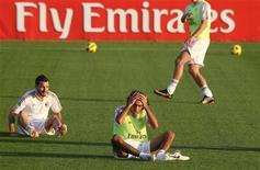 """<p>Игроки """"Милана"""" на тренировке в Дубае 28 декабря 2010 года. Лидер Серии А """"Милан"""" сыграл вничью в матче 20-го тура против """"Лечче"""" и позволил немного сократить отрыв конкурентам. REUTERS/Suhaib Salem</p>"""