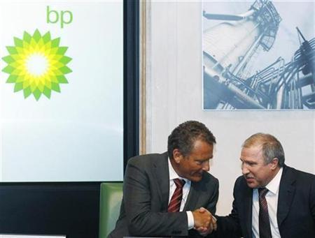 BP chairman Carl-Henric Svanberg (L) shakes hands with Rosneft president Eduard Khudainatov at BP headquarters in London January 14, 2011. REUTERS/Luke MacGregor