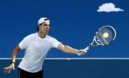 """<p>Рафаэль Надаль отбивает удар на тренировке в Мельбурне 14 января 2011 года. Первая двадцатка рейтинга ATP осталась практически без изменений, свидетельствует последняя версия теннисного """"хит-парада"""", опубликованная в понедельник. REUTERS/David Gray</p>"""
