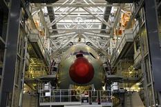 <p>Un Airbus A380 en la línea de producción de la sede de Airbus en Toulouse. ene 13 2011. El fabricante europeo de aviones Airbus anotó una sorpresiva victoria en la carrera de ventas anuales contra Boeing al recibir la orden número 10.000 de su historia, un pedido por 5.000 millones de dólares de Virgin America. REUTERS/Philippe Wojazer</p>