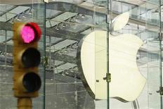<p>Imagen de archivo del logo de Apple en una tienda de la empresa en Nueva York. jul 19 2010. Apple Inc reportaría un impresionante salto de un 50 por ciento en sus ventas trimestrales el martes, dado que el iPhone y el iPad emocionaron a los compradores durante las fiestas de fin de año. REUTERS/Lucas Jackson/Archivo</p>