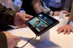 <p>Imagen de archivo de la tableta Blackberry PlayBook durante una exposición en Las Vegas. EEUU. ene 7 2011. Las empresas comprarán más de 10 millones de tablet este año, dijo el martes la consultora Deloitte, un dato que apoya una investigación reciente de Gartner que prevé que el mercado mundial para el iPad de Apple se eleve a 55 millones de dispositivos el 2011. REUTERS/Steve Marcus/Archivo</p>