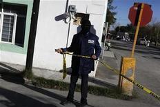 <p>Un miembro de la policía sella el área donde cinco cuerpos fuerton encontrados en Montemorelos, México, ene 18 2011. Policías encontraron el martes cinco cuerpos mutilados en las afueras de la norteña ciudad industrial de Monterrey, lo que disparó a 23 las muertes por una serie de ataques que han azotado a la rica metrópoli en un periodo de 24 horas. REUTERS/Tomas Bravo</p>