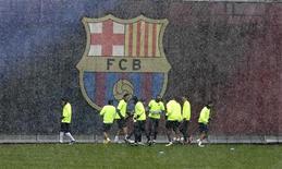 """<p>Игроки """"Барселоны"""" тренируются на фоне логотипа клуба в Барселоне 8 марта 2010 года. Шесть игроков """"Барселоны"""" вошли в состав символической сборной 2010 года по версии УЕФА, свидетельствует материал, опубликованный на сайте союза (www.uefa.com). REUTERS/Gustau Nacarino</p>"""