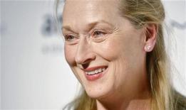 <p>A atriz Meryl Streep chega para um evneto em Nova York, em 2010. Ela visitou na quarta-feira o Parlamento britânico, enquanto se prepara para fazer o papel da única mulher a já ter sido primeira-ministra britânica: Margaret Thatcher. 10/02/2010 REUTERS/Carlo Allegri</p>