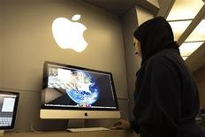 <p>A woman uses an iMac computer in a shop at a mobile and computer shopping complex in northern Tehran January 18, 2011. REUTERS/Raheb Homavandi</p>
