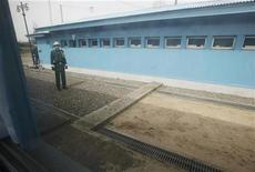 <p>Южнокорейские солдаты охраняют границу, разделяющую Южную Корею от Северной, 14 апреля 2010 года. Северная Корея предложила Южной провести переговоры в попытке снять напряжение на разделенном на две части Корейском полуострове, сообщили представители Южной Кореи в четверг. REUTERS/Lee Jae-Won</p>