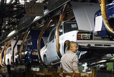 <p>Сотрудница Автоваза на заводе компании в Тольятти 25 сентября 2009 года. Меры господдержки спроса и возвращение потребительской уверенности после кризиса вернули рынок РФ к росту в 2010 году после провального 2009 года. REUTERS/Denis Sinyakov</p>