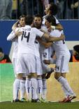 """<p>Игроки """"Реала"""" радуются голу, забитому в ворота """"Атлетико"""", в Мадриде 20 января 2011 года. Мадридский """"Реал"""" обыграл своих земляков из """"Атлетико"""" во втором матче 1/4 финала Кубка Испании со счетом 1-0 и прошел в следующий этап. REUTERS/Juan Medina</p>"""