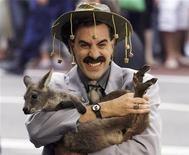 """<p>Sacha Baron Cohen, interpretando """"Borat"""", segura um filhote de canguru em Sydney, em 2006. O comediante britânico fará o novo filme """"The Dictator"""". 13/11/2006 REUTERS/David Gray /Arquivo</p>"""