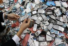 <p>Imagen de archivo de teléfonos móviles de contrabando en un basurero de Kunming, China, abr 26 2010. Uno de cada cinco teléfonos móviles vendidos en el mundo son ilegales o imitaciones sin licencia, lo que afecta a la posición de grandes productores en los mercados emergentes, dijo el viernes Nokia, el mayor fabricante mundial por volumen. REUTERS/Stringer</p>