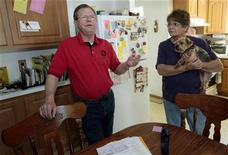 <p>Retired General Motors worker Wayne Pierce talks about his GM pension and health benefits with his wife Peggy in the kitchen of their home in Sterling Heights, Michigan April 16, 2009. REUTERS/Rebecca Cook</p>
