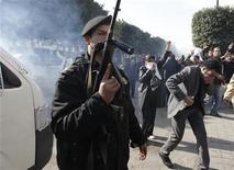 <p>Полиция применяет слезоточивый газ во время беспорядков в Тунисе 17 января 2011 года. Полиция Туниса применила в понедельник слезоточивый газ для разгона толпы демонстрантов возле резиденции премьер-министра, требующих отставки правительства, связанного со свергнутым президентом Зин аль-Абидином Бен Али. REUTERS/Zohra Bensemra</p>