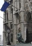 <p>Флаг ЕС на здании парламента Венгрии в Будапеште 6 января 2011 года. Евросоюз не в состоянии поддержать слова политическими мерами для того, чтобы заставить репрессивные режимы соблюдать права человека, заявила группа Human Rights Watch в понедельник. REUTERS/Bernadett Szabo</p>
