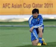"""<p>Игрок сборной Японии Дайсуке Мацуи на тренировке в Дохе 8 января 2011 года. Два клуба высшего дивизиона чемпионата Франции интересуются японским полузащитником выступающего во втором дивизионе """"Гренобля"""" Дайсуке Мацуи, сообщило агентство Kydo со ссылкой на неназванный источник в команде. REUTERS/Toru Hanai</p>"""