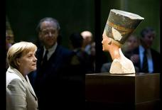 <p>File photo of German Chancellor Angela Merkel looking at the statue of Queen Nefertiti (Nofretete) after a ceremony marking the opening of the Neues Museum (New Museum) in Berlin October 16, 2009. REUTERS/Guido Bergmann/Bundesregierung/Files</p>