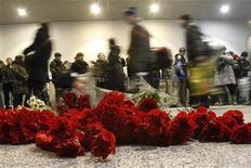"""<p>Цветы в память о погибших в результате теракта в Домодедово, 25 января 2011 года. Число погибших от теракта в аэропорту """"Домодедово"""" достигло 35 человек, 46 человек пострадало, сообщила пресс-служба аэропорта уточненные данные. REUTERS/Tatyana Makeyeva</p>"""