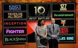 """<p>Актриса Mo'Ник (слева) и президент Академии кинематографических искусств и наук Том Шерак объявляют претендентов на """"Оскар"""", 25 января 2011 года. Британская драма """"Король говорит!"""", повествующая об эпохе правления Георга VI, будет претендовать на 12 статуэток """"Оскар"""". REUTERS/Phil McCarten</p>"""
