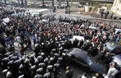 <p>Демонстранты участвуют в столкновениях с полицией в Каире 25 января 2011 года. Три человека погибли во время демонстраций в Египте, участники которых потребовали отставки президента Хосни Мубарака. REUTERS/Asmaa Waguih</p>