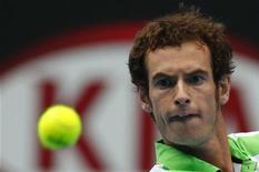 <p>Andy Murray durante jogo contra Alexandr Dolgopolov nas quartas de final do Aberto da Austrália.O britânico chegou à semifinal pelo segundo ano consecutivo, após uma vitória apertada sobre o ucraniano na quarta-feira. 26/01/2011 REUTERS/Petar Kujundzic</p>