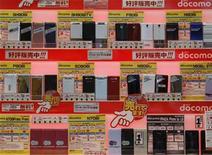 <p>Foto de archivo de una serie de teléfonos móviles de la operadora NTT DoCoMo en una tienda de artículos electrónicos en Tokio, nvo 19 2008. Las ventas en el sector de las aplicaciones móviles se triplicarán a 15.100 millones de dólares este año, impulsadas por un alza en el mercado para Android de Google, dijo el miércoles la empresa de investigación Gartner. REUTERS/Kim Kyung-Hoon</p>