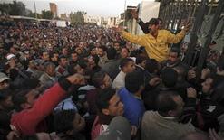 <p>Участники антиправительственной демонстрации под Каиром, 26 января 2011 года. Число жертв антиправительственных демонстраций в Египте, участники которых требуют свержения президента Хосни Мубарака, возросло до четырех человек. REUTERS/Mohamed Abd El-Ghany</p>