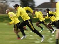 """<p>Игроки """"Ливерпуля"""" на тренировке в Ливерпуле 3 ноября 2010 года. """"Ливерпуль"""" одержал непростую победу нал """"Фулхэмом"""" со счетом 1-0 в отложенном матче 18-го тура чемпионата Англии по футболу. REUTERS/Phil Noble</p>"""