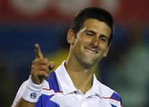 <p>Novak Djokovic comemora vitória contra Roger Federer nas semifinais do Aberto da Austrália. O sérvio derrotou o atual campeão por 7-6, 7-5 e 6-4 e chegou à sua segunda final de torneio na quinta-feira. 27/01/2011 REUTERS/Petar Kujundzic</p>