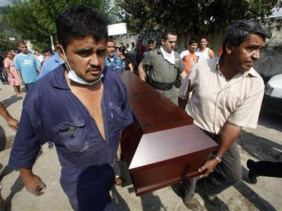 Forensic workers carry the coffin of William Cobos, a victim of the ''La Preciosa'' coal mine explosion in Sardinata, Norte de Santander province January 27, 2011. REUTERS/John Vizcaino