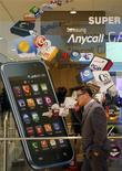 <p>Le sud-coréen Samsung Electronics a enregistré au quatrième trimestre son plus faible bénéfice opérationnel trimestriel depuis un an et demi -à 3.000 milliards de wons (1,96 milliard d'euros), soit moins que les 3.400 milliards de wons attendus par les analystes- mais ses résultats devraient rebondir cette année avec l'essor de la demande en combinés et tablettes multimédias. /Photo prise le 28 janvier 2011/REUTERS/Lee Jae-Won</p>