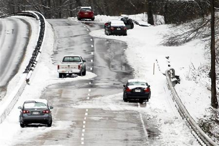 Abandoned vehicles litter the George Washington Parkway in McLean, Virginia, just outside Washington January 27, 2011. Wednesday's snowstorm brought more than 5 inches of snow and icy rain causing havoc as many motorists abandoned their stranded vehicles during evening rush-hour in the Capital region. REUTERS/Hyungwon Kang (UNITED STATES - Tags: ENVIRONMENT)