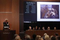 """<p>Ведущий аукциона принимает предложения на картину Тициана """"Святое Собеседование: Мадонна с младенцем и святыми Лукой и Екатериной Александрийской"""" в ходе торгов Sotheby's в Нью-Йорке 27 января 2011 года. Картина Тициана """"Мадонной с младенцем"""" была в четверг продана на аукционе Sotheby's за рекордные $16,9 миллиона. REUTERS/Mike Segar</p>"""