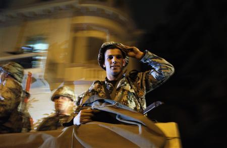 An Egyptian army soldier smiles at protesters in Cairo January 28, 2011. REUTERS/Amr Abdallah Dalsh