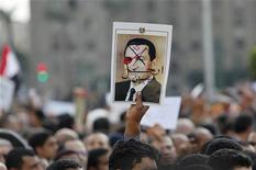 """<p>Manifestante segura cartaz contra o presidente egípcio Hosni Mubarak durante protesto no Cairo: a China bloqueou a palavra """"Egito"""" das buscas em páginas de microblogs na Internet, em um sinal de que o governo do país está preocupado com a repercussão dos protestos no Oriente Médio. REUTERS/Asmaa Waguih</p>"""