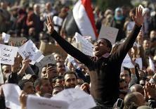 <p>Демонстранты выкрикивают антиправительственные лозунги в Каире, 30 января 2011 года. Египетские демонстранты остаются в центре Каира утром в понедельник и обещают разойтись только после ухода в отставку президента Хосни Мубарака, чья судьба теперь - в условиях растущего напряжения внутри страны и давления из-за рубежа - во многом зависит от позиции военных. REUTERS/Mohamed Abd El Ghany</p>