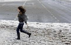 <p>Девушка бежит по сугробам в Москве, 26 декабря 2010 года. Февраль принесет в Москву небольшое потепление - после низких температур первых дней недели к пятнице воздух прогреется до плюсовых значений, ожидают синоптики. REUTERS/Denis Sinyakov</p>