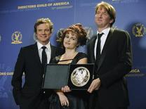 <p>Colin Firth e Helena Bonham Carter posam para foto com o diretor Tom Hooper, vencedor do prêmio do sindicato dos diretores em Los Angeles, 29 de janeiro de 2011. REUTERS/Phil McCarten</p>