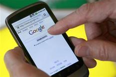 <p>Modelo exibe o smartphone Nexus One, vendido diretamente pelo Google com a plataforma Android, na sede do Google em Mountain View, Califórnia, 5 de janeiro de 2010. REUTERS/Robert Galbraith</p>