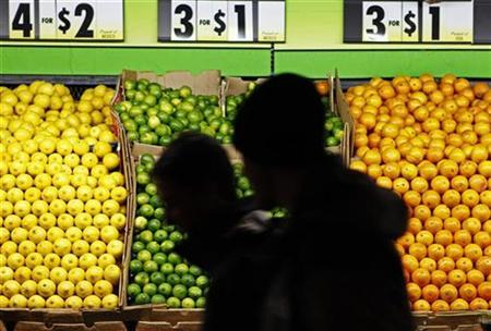People walk past an outdoor fruit stand on the street in New York, December 20, 2009. REUTERS/Finbarr O'Reilly