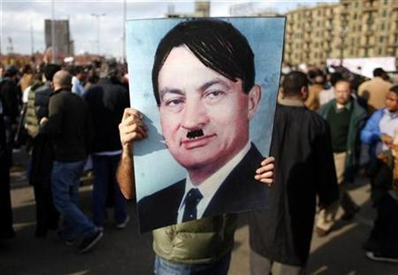 A man carries a picture of Egyptian President Hosni Mubarak during a protest in Cairo, January 31, 2011. REUTERS/Goran Tomasevic