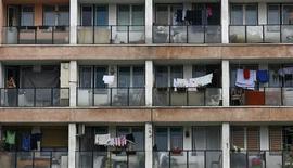 <p>Женщина стоит на балконе в доме на севере Косово, 10 мая 2008 года. Власти украинских городов, в которых летом 2012 года пройдут матчи Чемпионата Европы по футболу, могут запретить жителям центральных районов выходить в нижнем белье на свои балконы, чтобы не позорить страну, сообщают украинские интернет- издания. REUTERS/Marko Djurica</p>