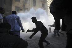 <p>Un grupo de manifestantes durante un enfrentamiento de partidarios y opositores al Gobierno en El Cairo, feb 2 2011. Las ciudades egipcias de El Cairo y Alejandría han recuperado el acceso a Internet después de cinco días de corte de conexiones, dijeron el miércoles usuarios de la red. REUTERS/Suhaib Salem</p>