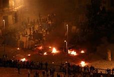 <p>Столкновение между сторонниками Хосни Мубарака (слева) и оппозицией в центре Каира, 3 февраля 2011 года. Сторонники президента Египта Хосни Мубарака открыли огонь по оппозиционерам в ночь на четверг: погибли пять и ранены более 800 человек, сообщил министр здравоохранения страны. REUTERS/Yannis Behrakis</p>